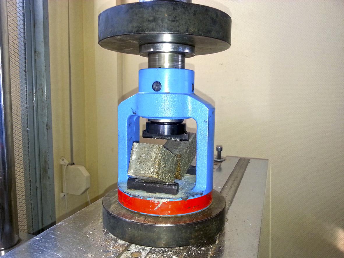 Ensayo de rotura a flexión de mortero-corcho